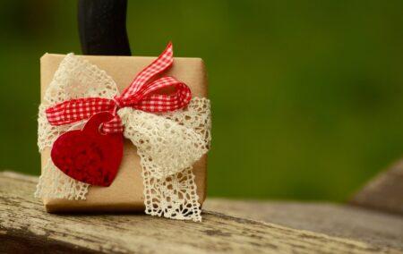 Aniversare in izolare: cum alegi (si cat ar trebui sa cheltuiesti pentru) cadoul perfect