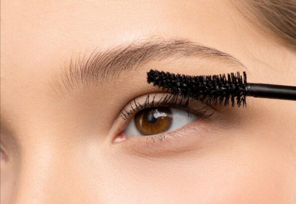 woman-applying-mascara-3762768_pizzap